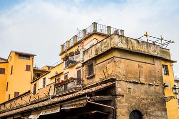 Habitations sur le pont Vecchio à Florence
