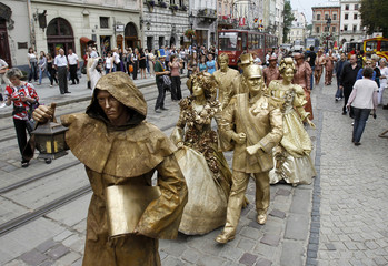 """Living statues"" perform in central Lviv"