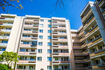 Hochhaus in München, blauer Himmel
