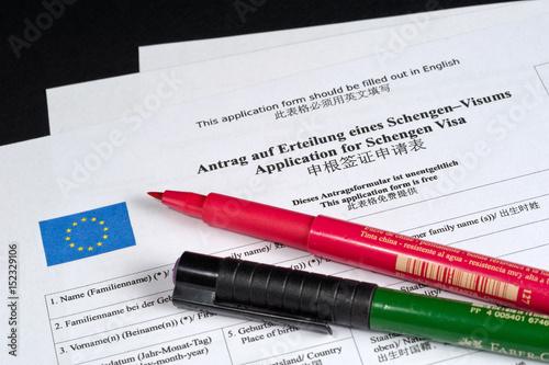 Antrag Auf Erteilung Eines Schengen Visum In Deutsch Und Chinesisch Mit Rot  Und Grün Stift,