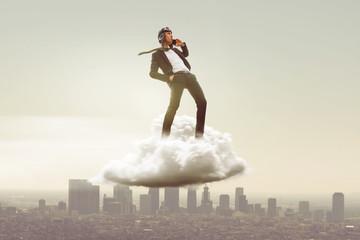 Geschäftsmann mit Smartphone auf Wolke