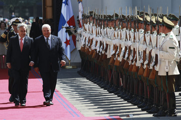 Chile's President Pinera and his Panamanian counterpart Martinelli inspect the honour guard at the government palace in Santiago