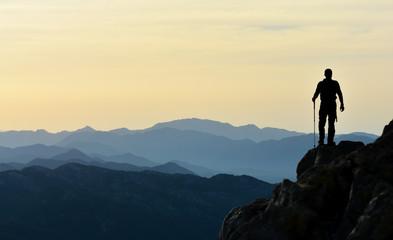 Dağ Silsilelerini İzleyen Cesur Adam