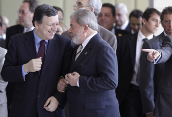 Brazil's President Lula talks with the European Commission President Barroso before a news conference in Brasilia