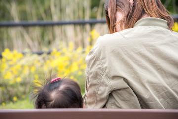 赤ちゃんとママの後ろ姿