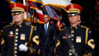 Obama visits Arlington National Cemetery in Virginia