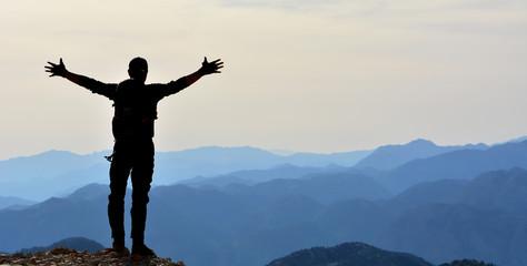 Zirvede Dağları İzleyen İnsan Silueti