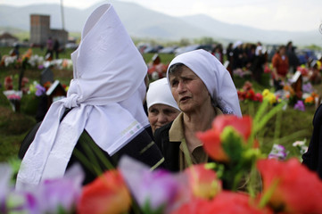 Kosovar Albanians pay tribute in the cemetery of the Martyrs in the village of Meje
