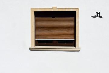 Fenster mit geschlossenen Rollos