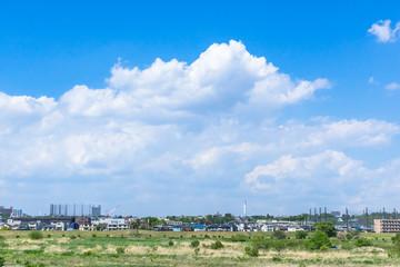 春の青空と東京郊外の風景