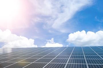Strom aus Sonne - Photovoltaikanlage, Spiegelung von Sonne und Wolken
