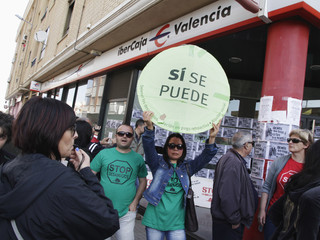 Stop Evictions activists protest at a Ibercaja Bank branch before they learned that the eviction of Ionelia and Calo (not pictured) was postponed in Puerto de Sagunto