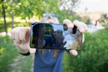 The girl does selfie front. The result is visible on the screen