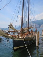 nave con vele veliero trasporto su acqua turismo