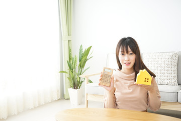 Young woman looking for house 家探しをする若い女性