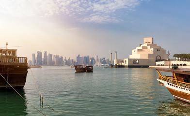 Sicht auf die Bucht von Doha, Katar bei Sonnenuntergang