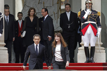France's outgoing President Sarkozy and Carla Bruni-Sarkozy leave the Elysee Palace at the end of a handover ceremony in Paris