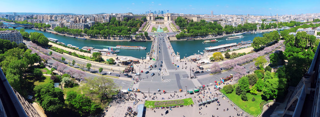 Blick vom Eiffelturm auf das Palais de Chaillot, die Skyline von Paris sowie die Seine