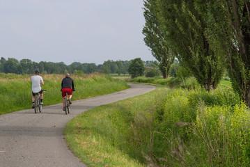 ciclisti su strada di campagna
