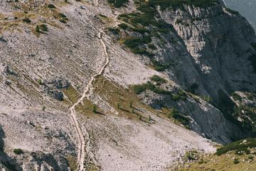 Wanderweg unterhalb der Drei Zinnen in den Dolomiten, Italien