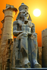 Papiers peints Egypte Statue of Ramesses II at sunset. Luxor Temple, Egypt