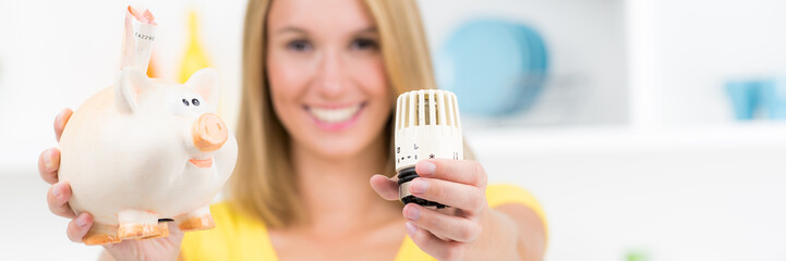 frau freut sich über energieeinsparung