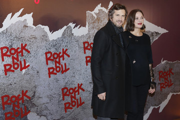 """Actress Marion Cotillard and actor Guillaume Canet pose at a premiere of the film """"Rock'n Roll"""" in Paris"""