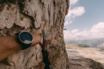 GPS-Uhr und Klettersteigset auf dem Paternkofel Klettersteig in den Dolomiten, Italien