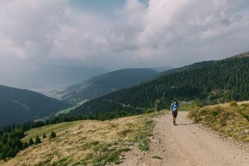 Wanderer auf dem Weg auf das Toblacher Pfannhorn in den Dolomiten, Italien