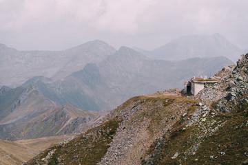 Blick auf dem Grenzkamm zwischen Italien und Österreich mit alten Bunkern