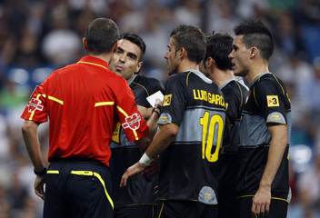 Espanyol's Duscher argues with referee Gomez after Gomez called a penalty during their Spanish First Division soccer match against Real Madrid in Madrid