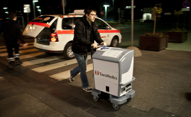 An assistant doctor arrives with a human lung in an 'Organ Care System' for a lung transplantation at the Hannover Medical School