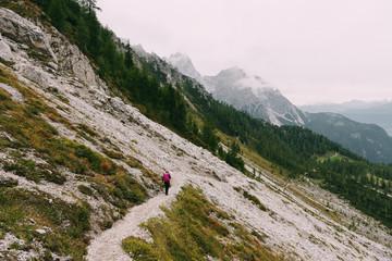 Wanderer auf dem Weg ins Sextner Tal in den Dolomiten, Italien