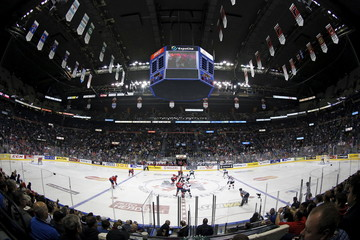 Kelowna Rockets players and Oshawa Generals players are pictured at the inaugural faceoff during the first period of their Memorial Cup final hockey game at the Colisee Pepsi in Quebec City