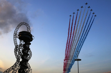 The Red Arrows fly past the ArcelorMittal Orbit at the opening ceremony of the Invictus Games at the Queen Elizabeth Park in east London