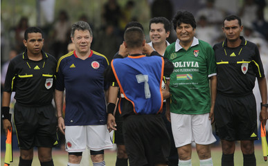 Colombia's President Santos and Bolivia's President Morales pose before the start of a soccer match in Cartagena