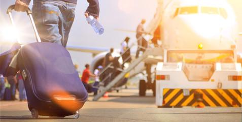 Flughafen Passagier mit Trolley im Sonnenaufgang