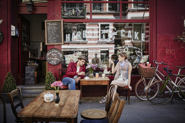 Germany, Hamburg, St. Pauli, Couple sitting in cafe, drinking coffee