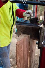 Hydraulischer Holzspalter an Traktor