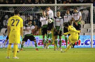 Villarreal's Rossi shoots a free kick against during their Spanish first division soccer match against Racing Santander in Santander