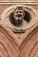 Escultura en edificio de Bolonia, Italia.