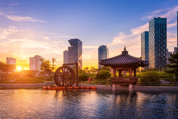 Papiers peints Seoul Seoul city with Beautiful sunset, traditional and modern architecture at central park in songdo International business district, Incheon South Korea.