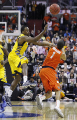 Marquette Golden Eagles Cadougan and Syracuse Orange Carter-Williams scramble for a loose ball during the first half in their East Regional NCAA men's basketball game in Washington