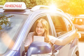 Fahrschülerin mit Fahrerlaubnis für begleitendes Fahren
