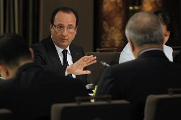French President Hollande speaks to Jordan's King Abdullah during dinner meeting in Amman