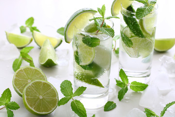 Mojito with fresh lime, mint leaves and ice,モヒート サマーカクテル