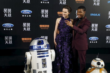 """Cast members Daisy Ridley and John Boyega pose for pictures with Star Wars characters BB-8 and R2-D2 at the China Premiere of the film """"Star Wars: The Force Awakens"""" in Shanghai"""
