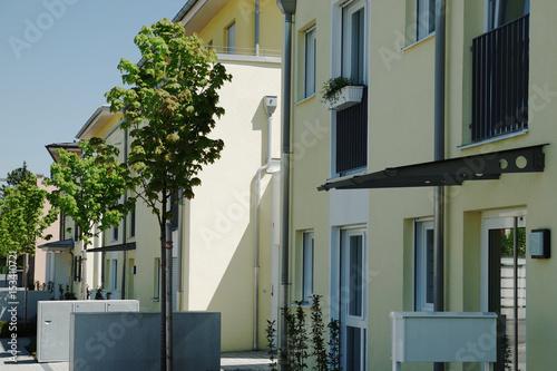 Neue Häuser in einer Wohnsiedlung, moderne Architektur\