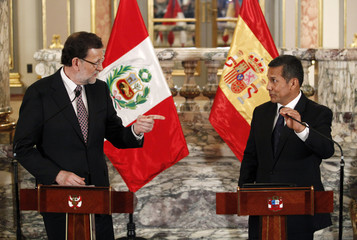 Spain's PM Mariano Rajoy and Peru's President Ollanta Humala talk during a meeting at the government palace in Lima