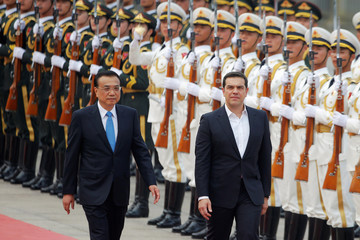 Chinese Premier Li Keqiang welcomes Greek Prime Minister Alexis Tsipras at the Great Hall of the People in Beijing